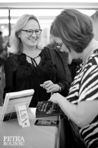 Kristina Svensson signerar Lava Pop Up Book Store foto Petr Rolinec mindre