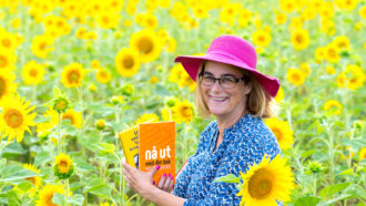 kvinna i ett solrosfält