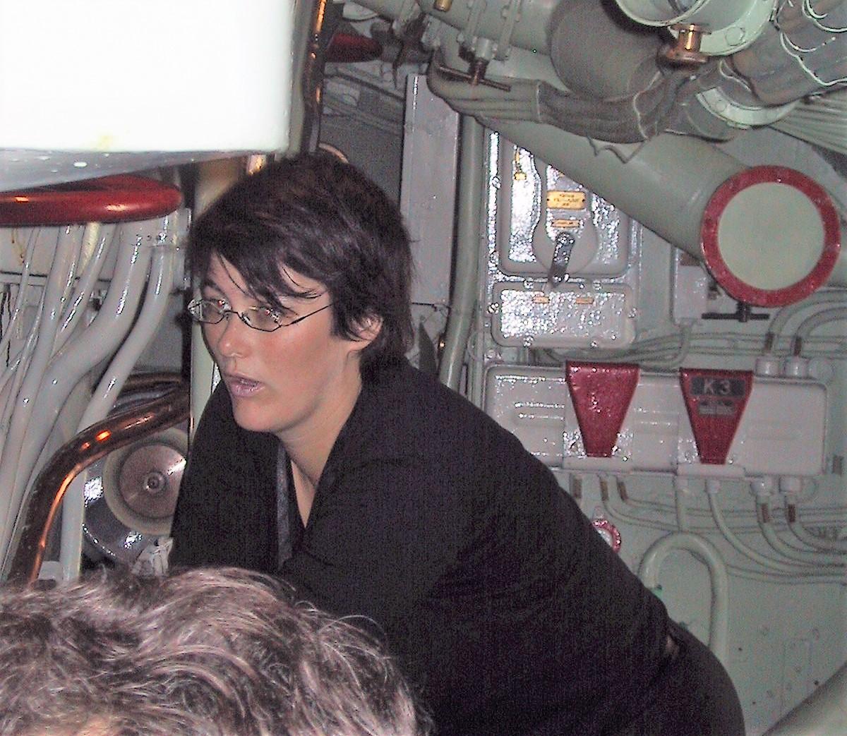 Kvinna i en museiubåt